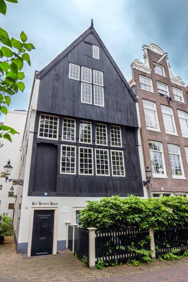 Παραδοσιακό σπίτι σε ένα προαύλιο του Begijnhof, Άμστερνταμ στοκ εικόνα