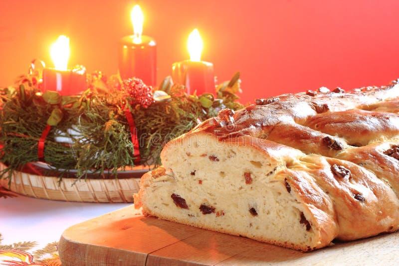 Παραδοσιακό τσεχικό κέικ Χριστουγέννων με τα κεριά στο υπόβαθρο στοκ φωτογραφίες με δικαίωμα ελεύθερης χρήσης