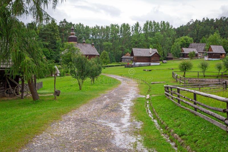Παραδοσιακό χωριό με τα ξύλινα σπίτια στη Σλοβακία στοκ φωτογραφία