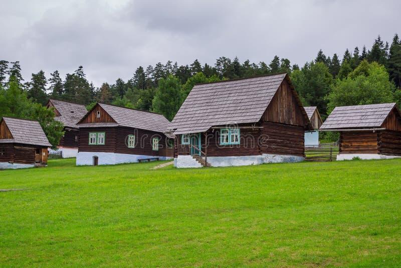 Παραδοσιακό χωριό με τα ξύλινα σπίτια στη Σλοβακία στοκ φωτογραφία με δικαίωμα ελεύθερης χρήσης
