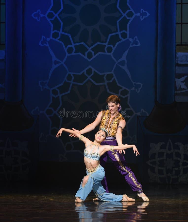 """Παραδώστε ένα μπαλέτο """"One χίλιο και ένα Nights† γοργόνων στοκ φωτογραφία"""