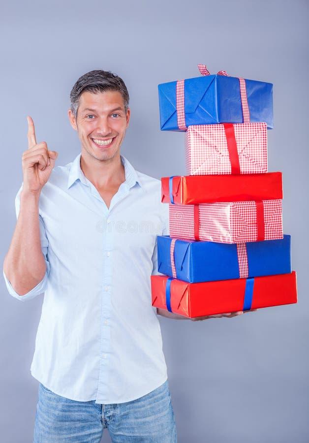 Παραδώστε τα σε απευθείας σύνδεση αγορασμένα δώρα σας στοκ φωτογραφία με δικαίωμα ελεύθερης χρήσης