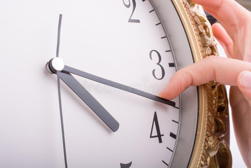 Παραδώστε την αφή με ένα ρολόι στοκ εικόνα με δικαίωμα ελεύθερης χρήσης