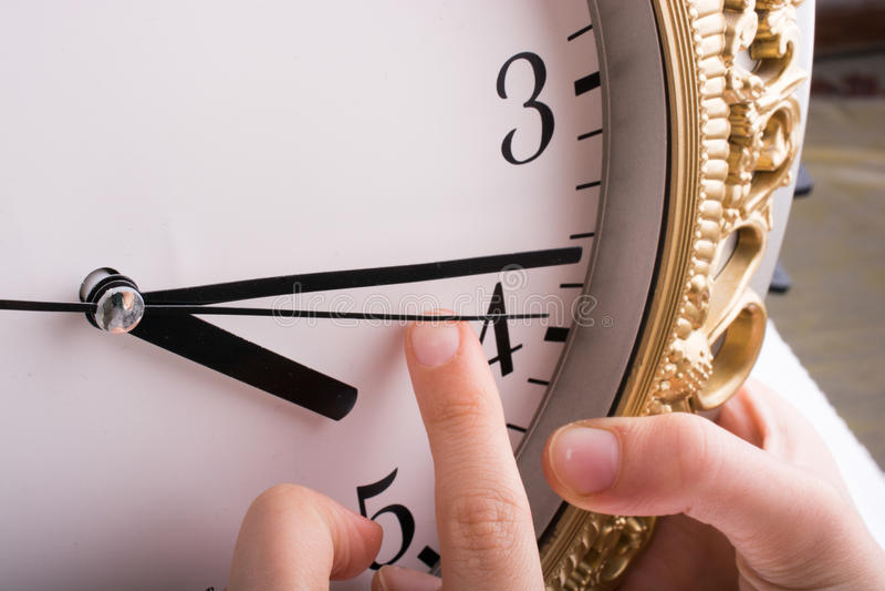 Παραδώστε την αφή με ένα ρολόι στοκ εικόνες