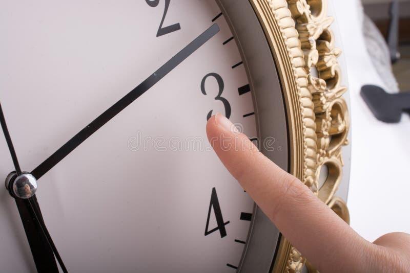 Παραδώστε την αφή με ένα ρολόι στοκ εικόνες με δικαίωμα ελεύθερης χρήσης