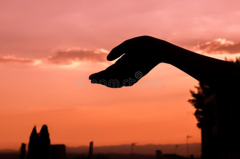 Παραδώστε το ηλιοβασίλεμα με τις σκιές στοκ εικόνα