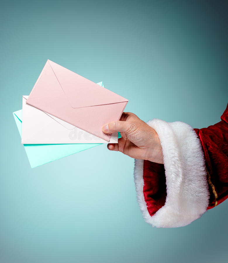 Παραδώστε το κοστούμι Άγιος Βασίλης κρατά τους φακέλους στοκ εικόνες με δικαίωμα ελεύθερης χρήσης