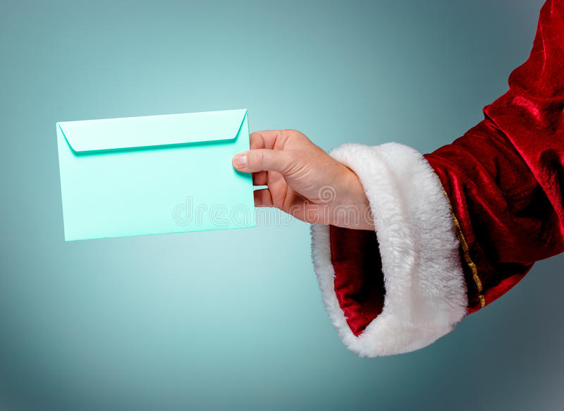 Παραδώστε το κοστούμι Άγιος Βασίλης κρατά το φάκελο στοκ εικόνες με δικαίωμα ελεύθερης χρήσης