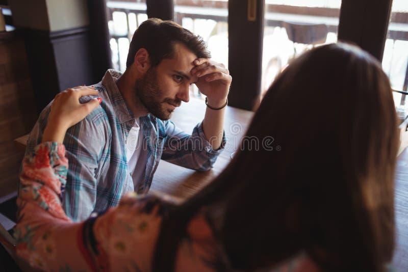 Παρηγορώντας άνδρας γυναικών στο μετρητή στοκ εικόνες με δικαίωμα ελεύθερης χρήσης