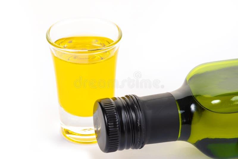 Παρθένο ελαιόλαδο μπουκαλιών και ελαιόλαδο σε ένα γυαλί στο άσπρο υπόβαθρο ταινία μέτρου υγείας έννοιας μήλων στοκ εικόνες με δικαίωμα ελεύθερης χρήσης