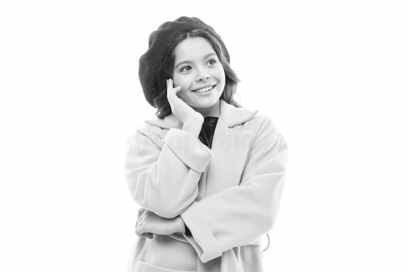 Παρισινό daydreamer μικρό παρισινό κορίτσι με το ευτυχές πρόσωπο r Ύφος φθινοπώρου της Γαλλίας r στοκ φωτογραφίες με δικαίωμα ελεύθερης χρήσης