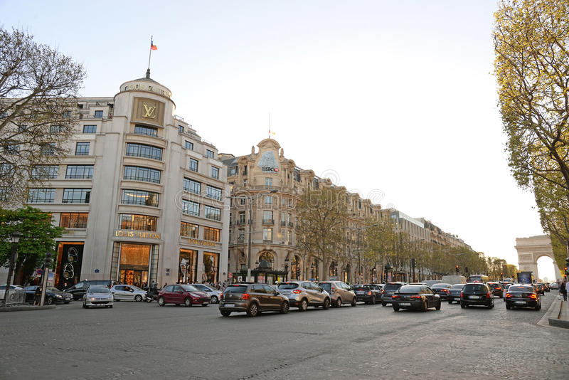ΠΑΡΙΣΙ 15 ΑΠΡΙΛΊΟΥ: Οι πελάτες είναι στη σειρά αναμονής για να εισαγάγουν το κατάστημα της Louis Vuitton σε Champs Elysees τον Απ στοκ φωτογραφία