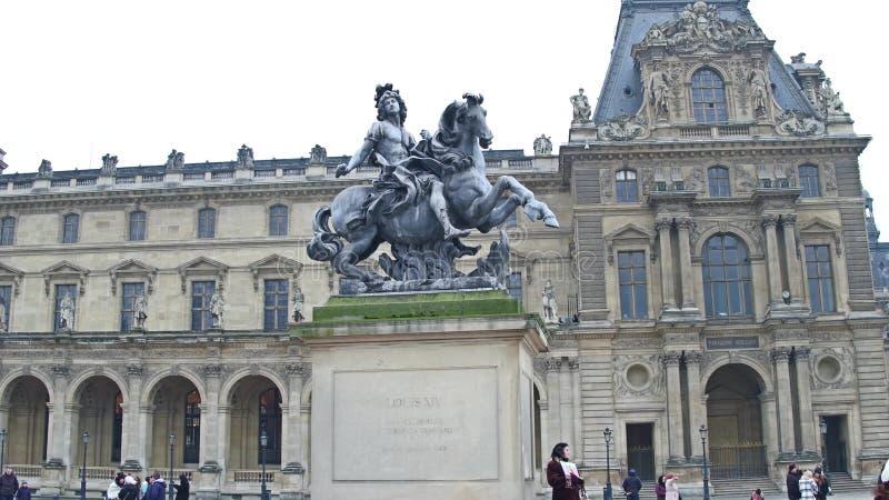 ΠΑΡΙΣΙ, ΓΑΛΛΙΑΣ - 1 ΔΕΚΕΜΒΡΙΟΥ, 2017 Ιππικό άγαλμα του βασιλιά Louis XIV στο Λούβρο Διάσημο γαλλικό μουσείο και δημοφιλής στοκ εικόνα