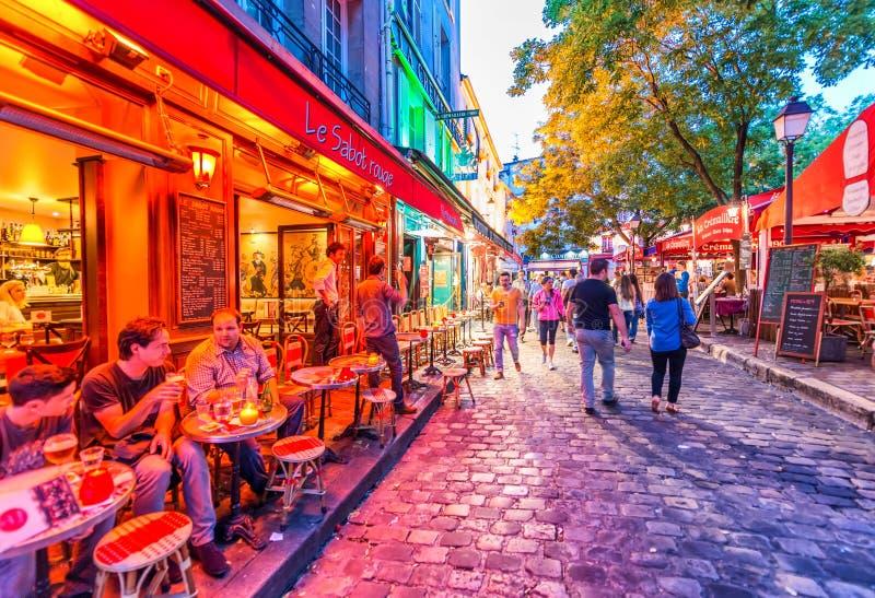 ΠΑΡΙΣΙ - ΤΟΝ ΙΟΎΝΙΟ ΤΟΥ 2014 CIRCA: Οι τουρίστες επισκέπτονται την πόλη Το Παρίσι προσελκύει στοκ φωτογραφία με δικαίωμα ελεύθερης χρήσης
