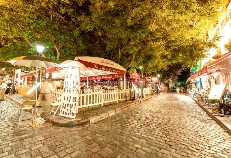 ΠΑΡΙΣΙ - ΤΟΝ ΙΟΎΝΙΟ ΤΟΥ 2014 CIRCA: Τουρίστες στις όμορφες οδούς Montm στοκ εικόνα