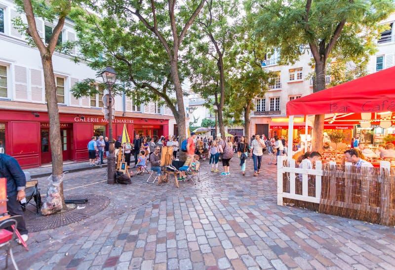 ΠΑΡΙΣΙ - ΤΟΝ ΙΟΎΝΙΟ ΤΟΥ 2014 CIRCA: Τουρίστες στις όμορφες οδούς Montmartre στοκ εικόνες