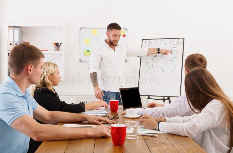 Παρουσίαση προγράμματος Νέοι επιχειρηματίες και γυναίκες hipsters στοκ εικόνες