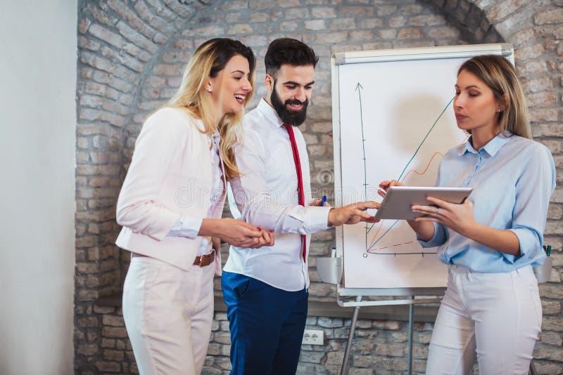 Παρουσίαση των επιχειρηματιών στην αρχή στοκ εικόνα