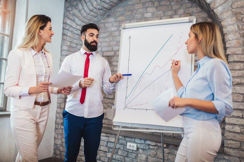 Παρουσίαση των επιχειρηματιών στην αρχή στοκ εικόνες με δικαίωμα ελεύθερης χρήσης