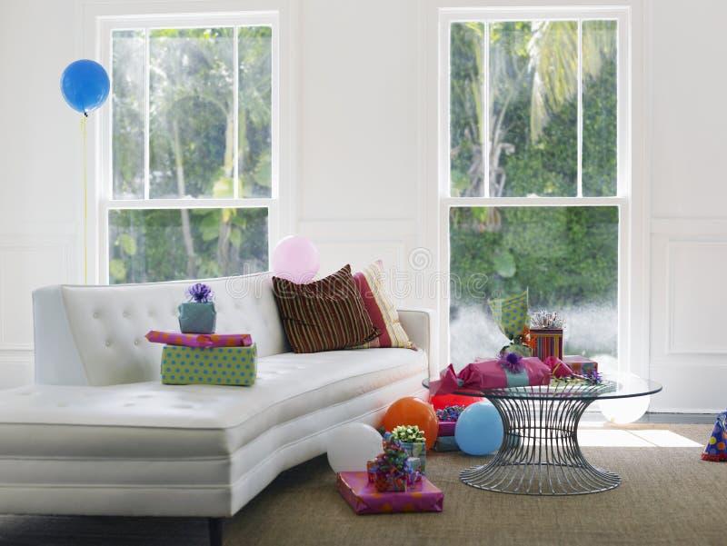 Παρουσιάζει και μπαλόνια στο καθιστικό στοκ φωτογραφίες με δικαίωμα ελεύθερης χρήσης