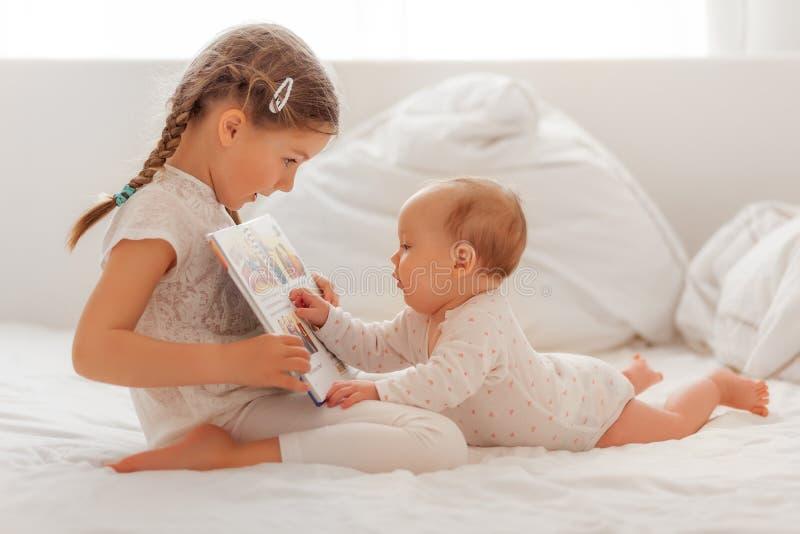 Παρουσιάστε βιβλίο στην αδελφή στοκ εικόνες με δικαίωμα ελεύθερης χρήσης