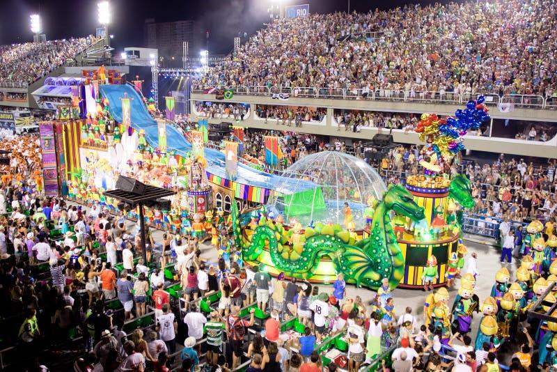 Παρουσιάστε με τις διακοσμήσεις σε καρναβάλι Sambodromo στο Ρίο στοκ φωτογραφία