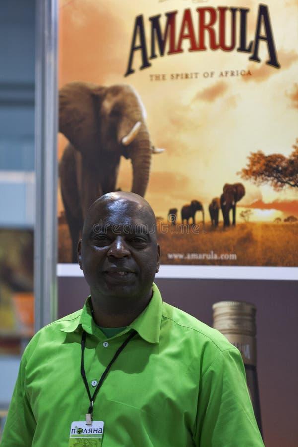 Παρουσιαστής ηδύποτου Amarula κατά τη διάρκεια του φεστιβάλ στοκ φωτογραφία με δικαίωμα ελεύθερης χρήσης