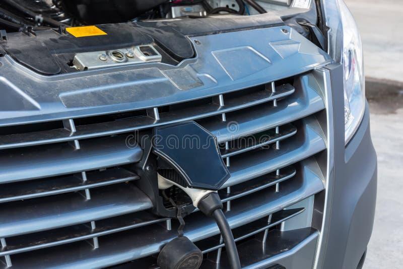 Παροχή ηλεκτρικού ρεύματος για την ηλεκτρική χρέωση αυτοκινήτων αυτοκίνητο που χρεώνει τον ηλεκτρικό σταθμό Κλείστε επάνω της παρ στοκ φωτογραφία