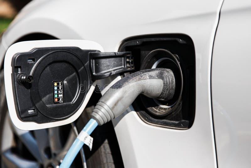 Παροχή ηλεκτρικού ρεύματος για την ηλεκτρική χρέωση αυτοκινήτων Κλείστε επάνω της παροχής ηλεκτρικού ρεύματος που συνδέεται με μι στοκ εικόνα