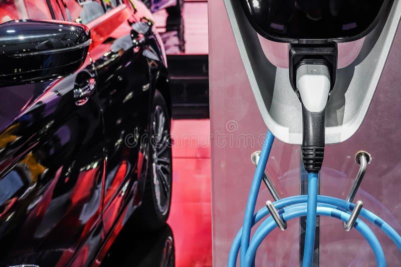 Παροχή ηλεκτρικού ρεύματος για την ηλεκτρική χρέωση αυτοκινήτων αυτοκίνητο που χρεώνει τον ηλεκτρικό σταθμό στοκ εικόνες
