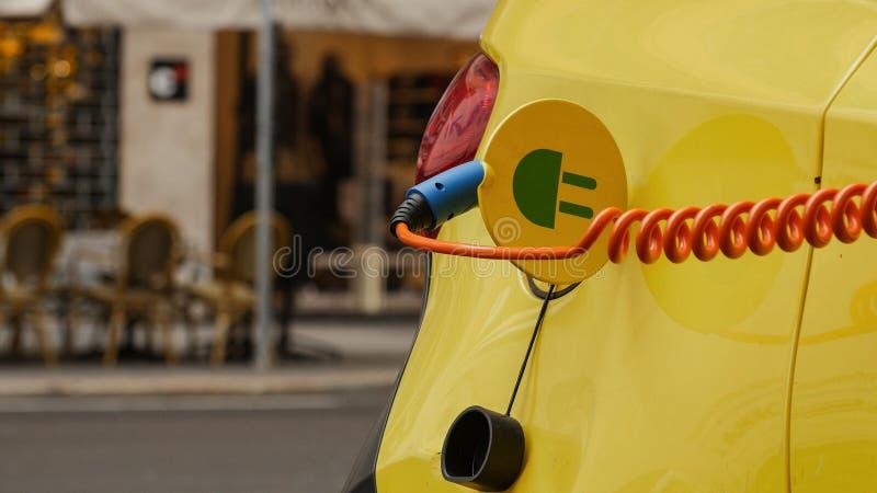 Παροχή ηλεκτρικού ρεύματος για την ηλεκτρική χρέωση αυτοκινήτων αυτοκίνητο που χρεώνει τον ηλεκτρικό σταθμό στοκ φωτογραφία με δικαίωμα ελεύθερης χρήσης