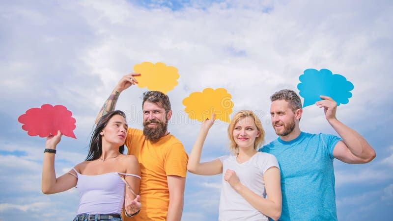 Παροχή της επικοινωνίας μέσα στην ομάδα Οι φίλοι στέλνουν τα μηνύματα στις κωμικές φυσαλίδες Η επικοινωνία εμφανίζεται μέσω της ο στοκ φωτογραφία