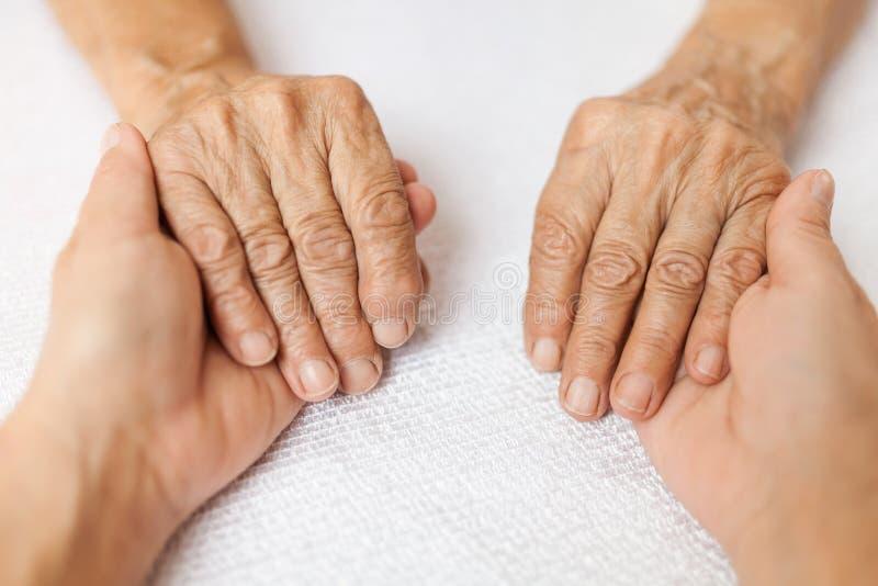 Παροχή της προσοχής για τους ηλικιωμένους στοκ φωτογραφία