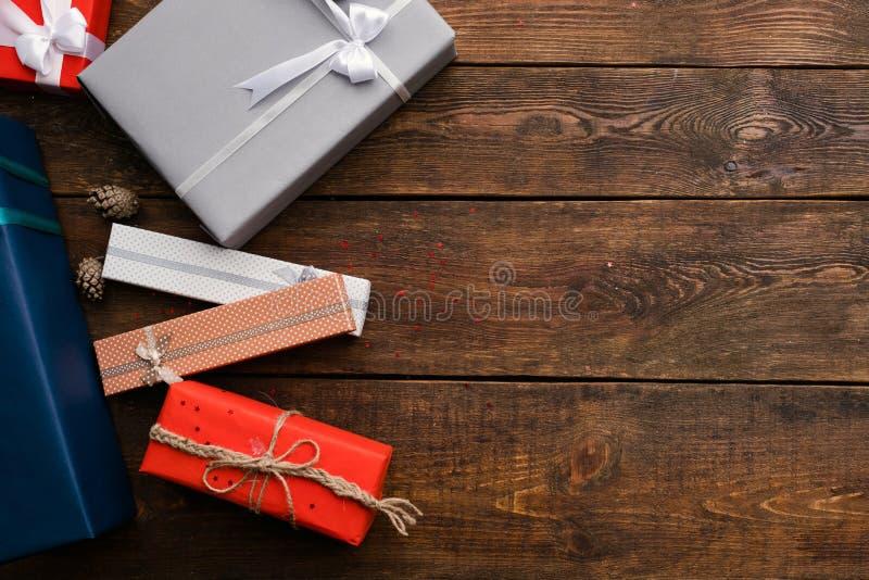 Παρούσα κατάταξη πώλησης στο ξύλινο υπόβαθρο στοκ φωτογραφία με δικαίωμα ελεύθερης χρήσης