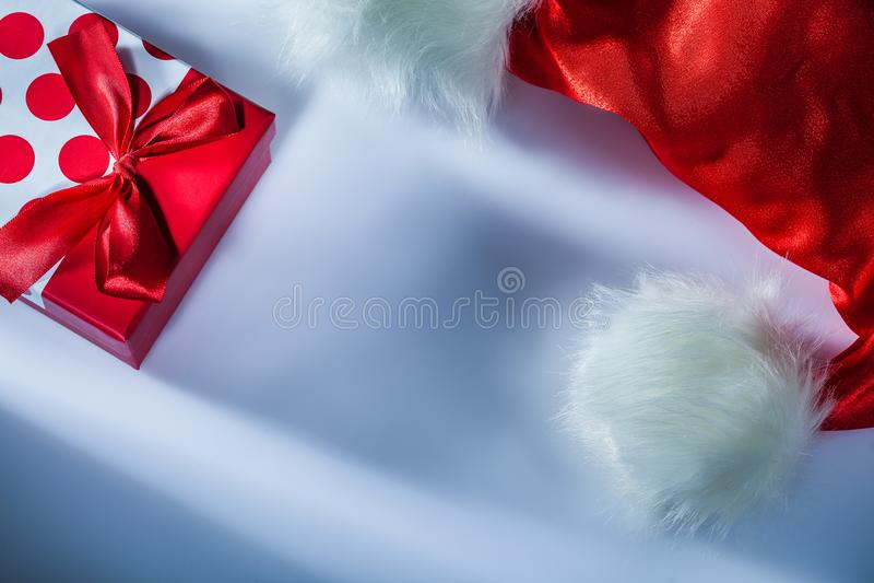 Παρόν κιβώτιο καπέλων Άγιου Βασίλη στην άσπρη επιφάνεια στοκ φωτογραφίες