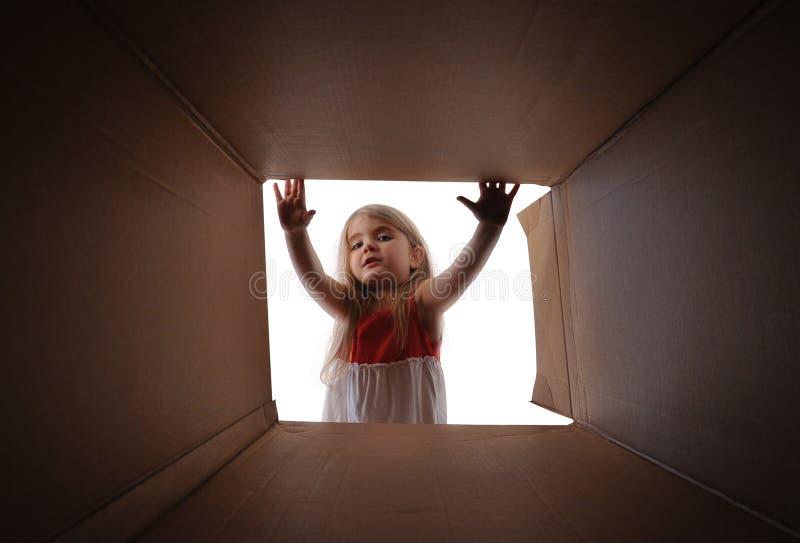 Παρόν κιβώτιο δώρων ανοίγματος παιδιών στοκ εικόνες με δικαίωμα ελεύθερης χρήσης