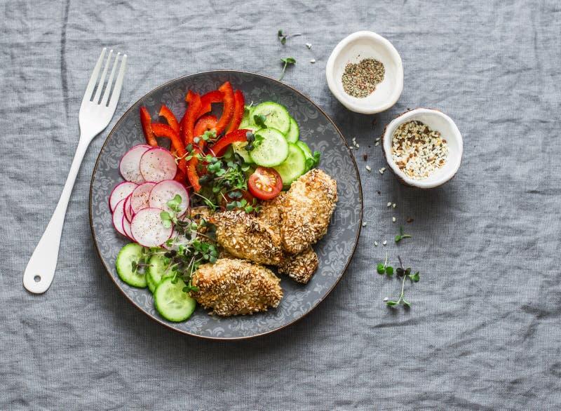 Πασπαλίζοντας με ψίχουλα ψημένο teriyaki στήθος κοτόπουλου σουσαμιού και φρέσκα λαχανικά Ψημένες κοτόπουλο και ντομάτες, αγγούρια στοκ φωτογραφίες