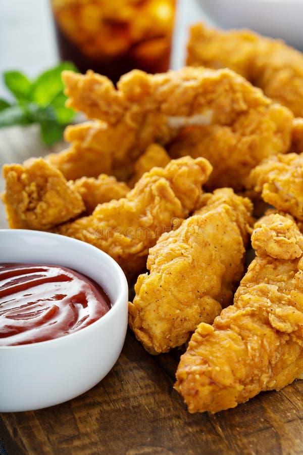 Πασπαλισμένες με ψίχουλα προσφορές κοτόπουλου με το κέτσαπ στοκ φωτογραφία