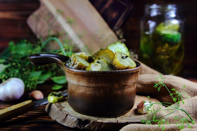 Παστωμένα αγγούρια με το σκόρδο και τα χορτάρια στοκ εικόνες