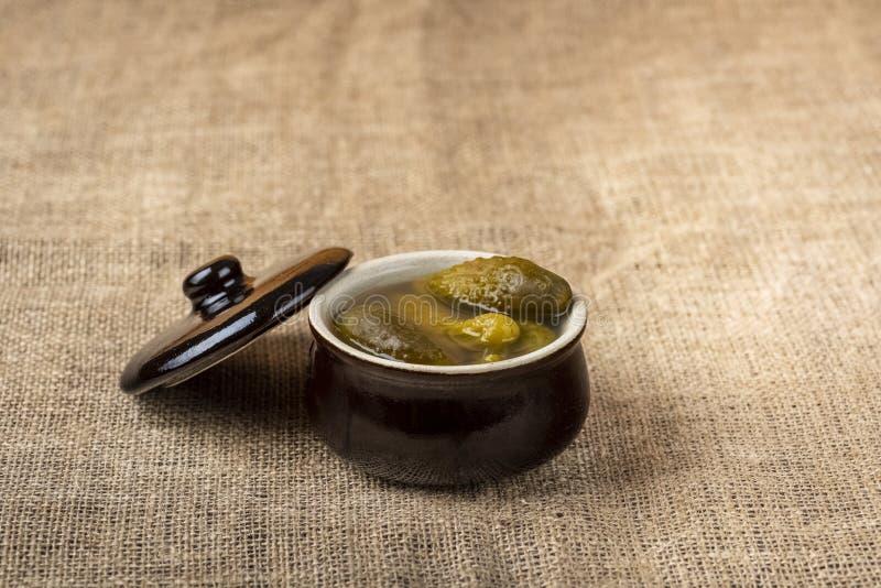 Παστωμένα αγγούρια σε ένα μικρό δοχείο πετρών στοκ φωτογραφία με δικαίωμα ελεύθερης χρήσης