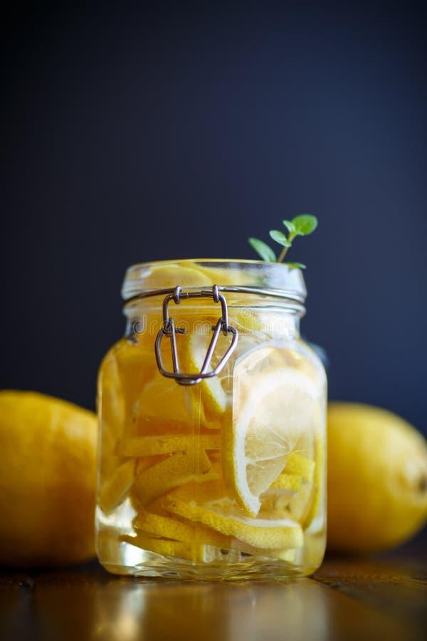 Παστωμένα λεμόνια στο σιρόπι ζάχαρης στοκ εικόνες