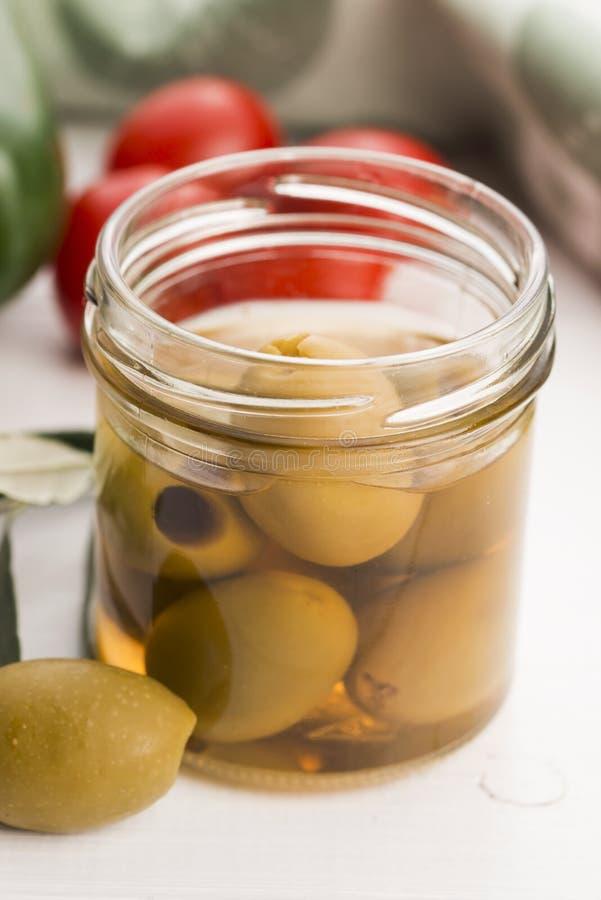 Παστωμένα ελιές και κλαδί ελιάς στοκ φωτογραφία