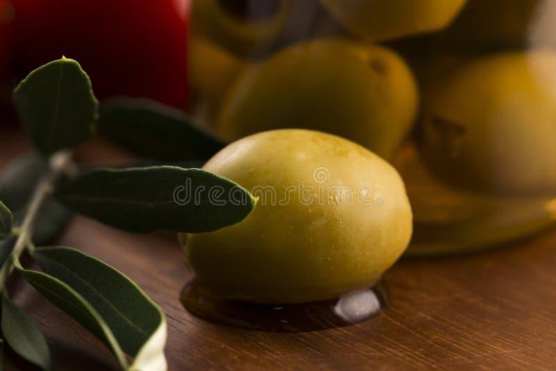 Παστωμένα ελιές και κλαδί ελιάς στοκ εικόνες