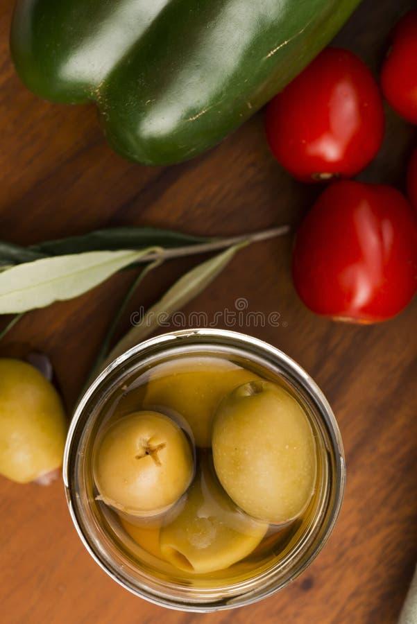 Παστωμένα ελιές και κλαδί ελιάς στοκ εικόνες με δικαίωμα ελεύθερης χρήσης