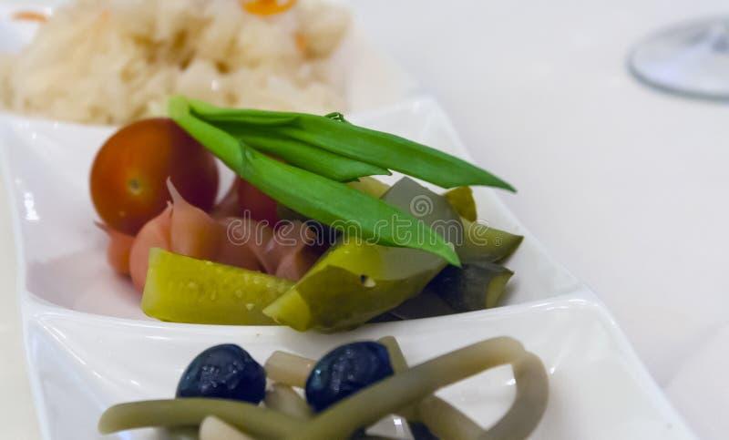 Παστωμένα λαχανικά: αγγούρια, ντομάτες, σκόρδο, ελιές, asparagu στοκ εικόνα