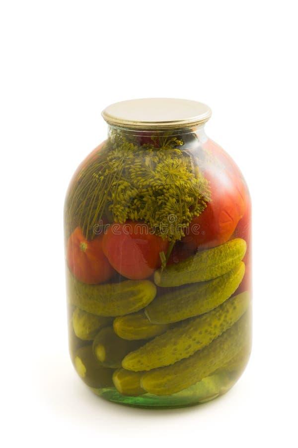 Παστωμένες αγγούρι και ντομάτα στο βάζο γυαλιού στοκ εικόνες