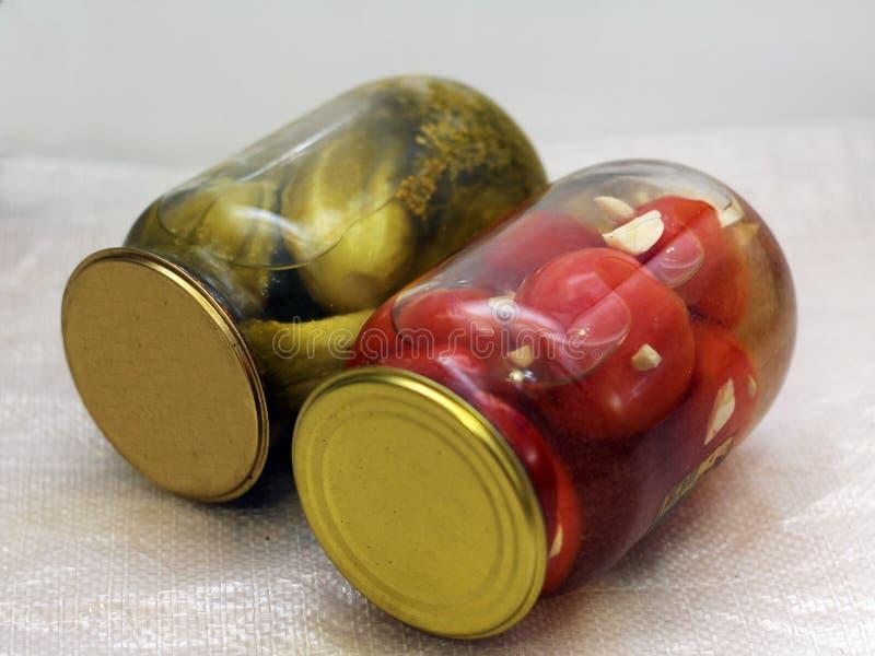 Παστωμένες λαχανικά, αγγούρια και ντομάτες στοκ εικόνα