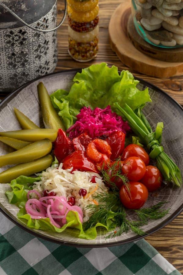 Παστωμένο αγγούρι λαχανικών, ντομάτα, πιπέρι, συντηρημένα λάχανο τρόφιμα στον ξύλινο πίνακα στοκ φωτογραφία με δικαίωμα ελεύθερης χρήσης