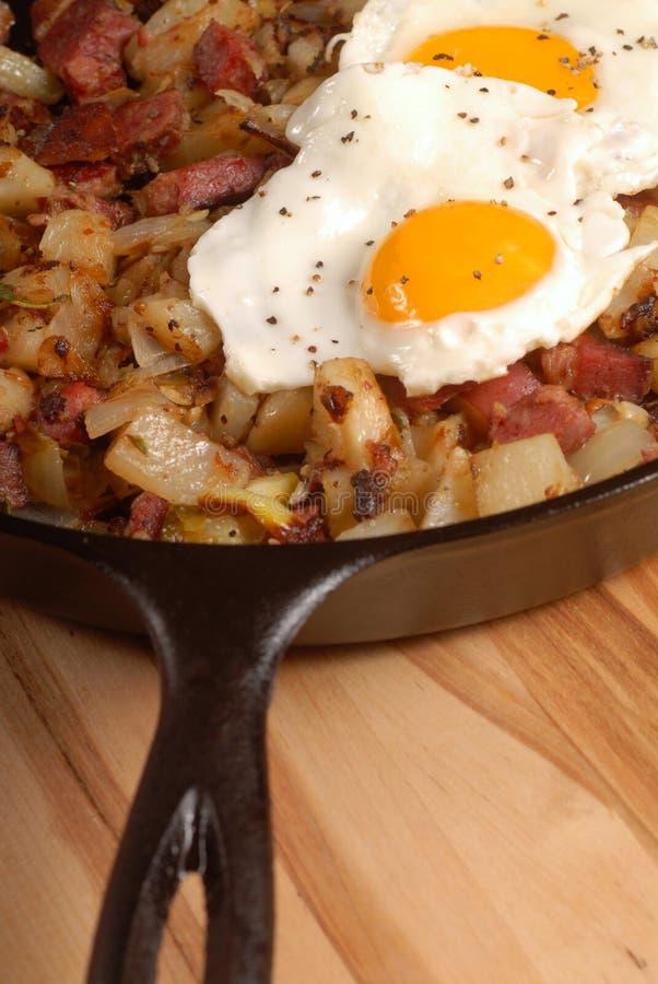 παστό hash αυγών προγευμάτων βόειου κρέατος στοκ εικόνα
