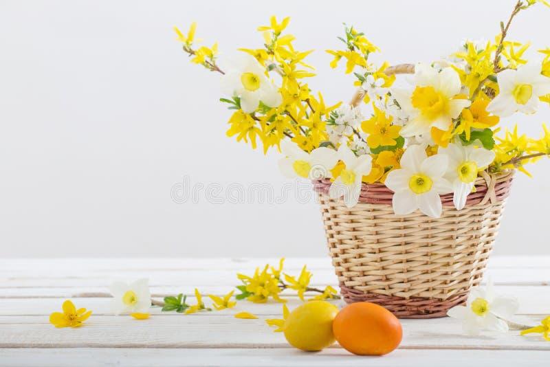 Πασχαλινά αυγά με ανοιξιάτικα άνθη στο ξύλινο τραπέζι στοκ εικόνα